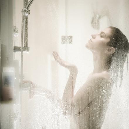femme sous douche